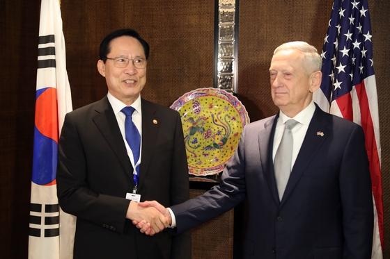 송영무 국방부장관(왼쪽)과 제임스 매티스 미국 국방장관이 지난 2일 싱가포르 샹그릴라 호텔에서 열린 '아시아안보회의'에서 한미 국방장관 회담에 앞서 악수를 하고 있다. / 사진 = 뉴스1