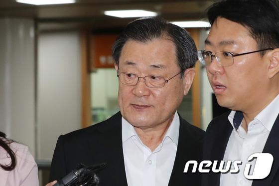 [사진]'특활비 뇌물' 혐의 이병기 전 국정원장, 선고 공판 출석
