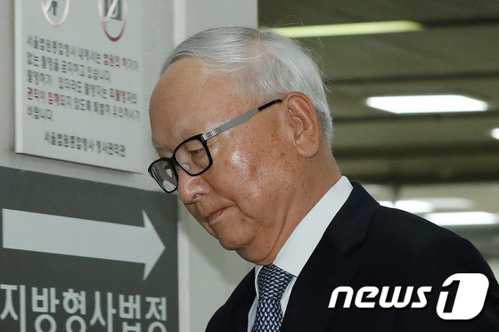 [사진]법정 향하는 이병호 전 국정원장