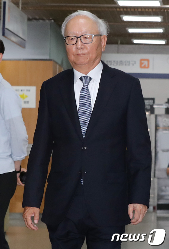 [사진]선고 공판 출석하는 이병호 전 국정원장