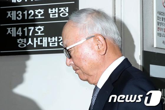 [사진]'朴에 특활비 뇌물' 이병호 전 국정원장, 오늘 선고