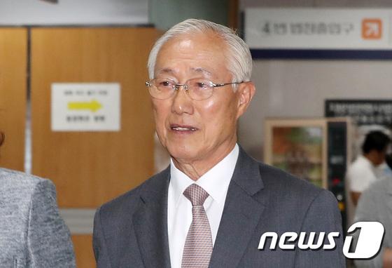 [사진]'특활비 수수' 혐의 이원종 전 靑 비서실장, 공판 출석