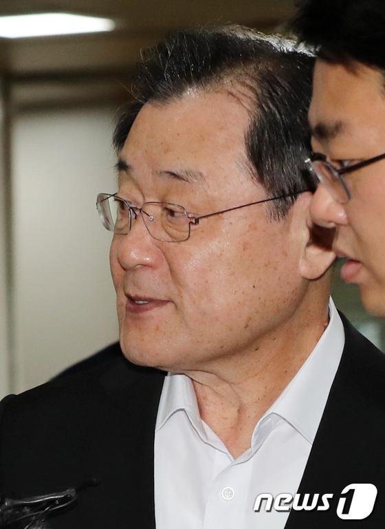 [사진]선고 공판 출석한 이병기 전 국정원장