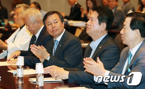 [사진]도종환 장관, 태권도 발전 보고회 참석
