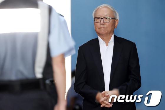 [사진]실형 선고받고 구치소 향하는 이병호
