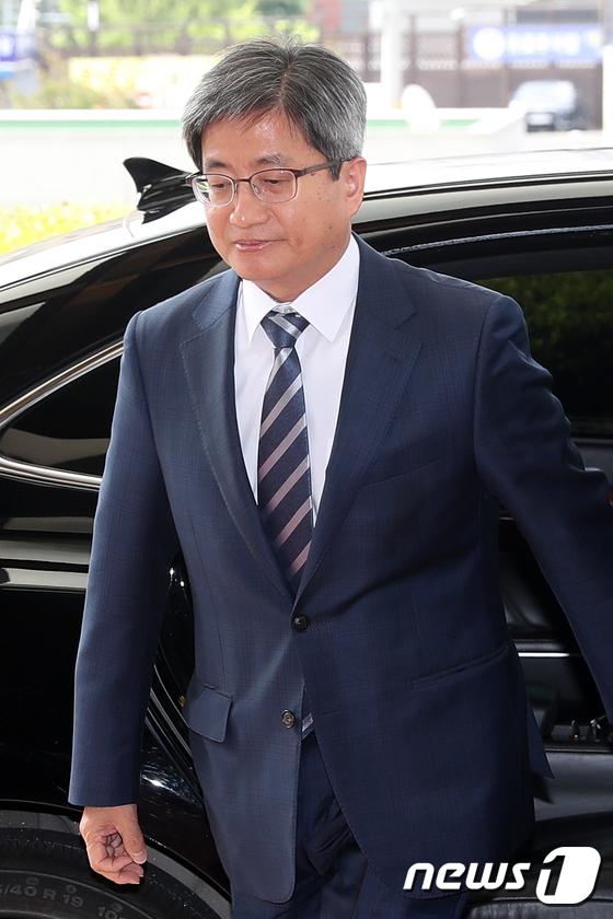 김명수 대법원장이 15일 오전 서울 서초구 대법원으로 출근하고 있다. 2018.6.15/뉴스1 © News1 민경석 기자