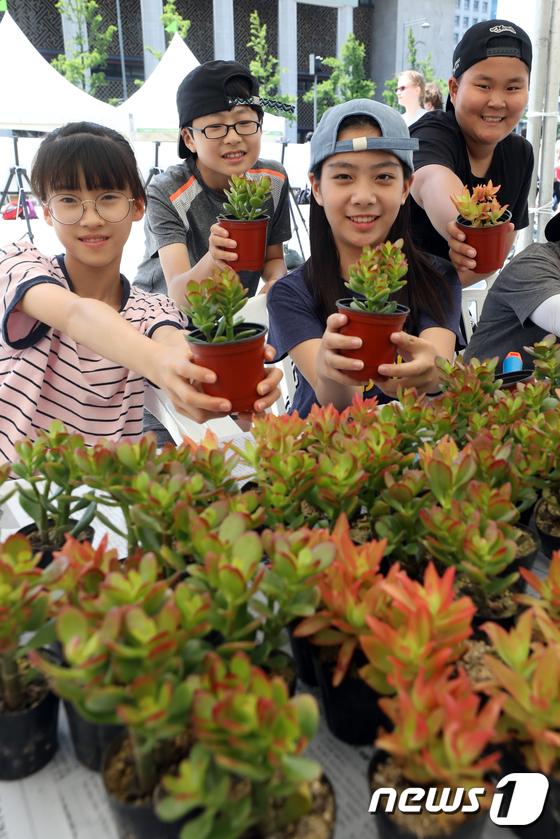 [사진]세계 사막화 방지의 날 '환경보호 화분 만들었어요'