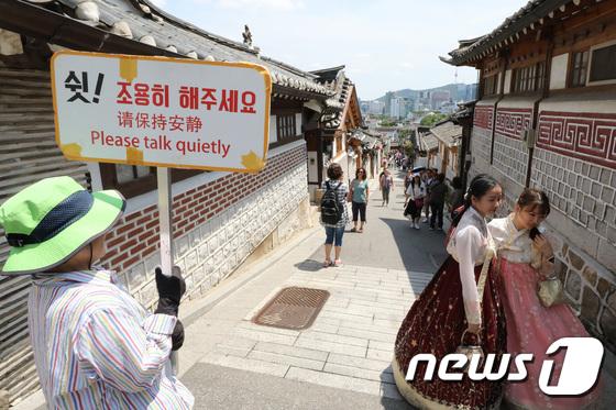 [사진]관광객 몸살앓는 북촌한옥마을 '쉿, 조용히 해주세요'