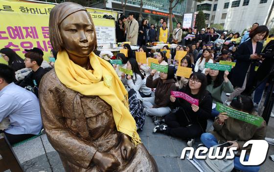 일본군 성노예제 문제 해결을 위한 정기 수요시위 2018.4.4/뉴스1 © News1 구윤성 기자