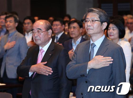 [사진]국민의례하는 류길재 전 장관-이정익 의장