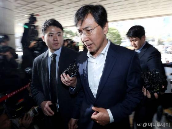 자신의 비서를 성폭행한 혐의를 받고 있는 안희정 전 충남지사가 4월4일 오후 두번째 영장실질심사를 받기 위해 서울서부지법으로 출석하고 있다./사진=홍봉진 기자