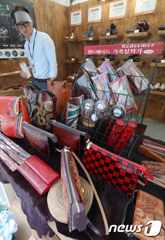 [사진]서울로7017, 장인들의 다양한 가죽 제품 판매