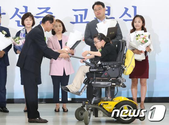 [사진]당선증 받는 김소영 비례대표시의원