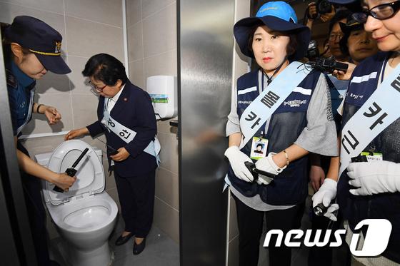 [사진]'여자화장실, 안심하고 이용할 수 있게'