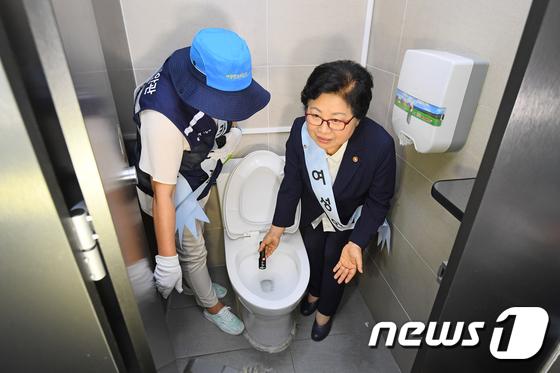 [사진]몰카 점검하는 여가부 장관