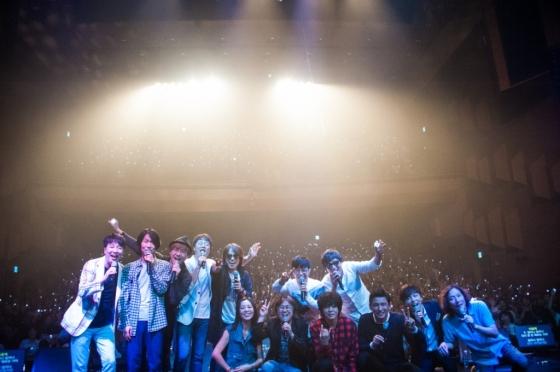 '김광석 다시 부르기'공연 무대에서 출연진들이 관객석을 배경으로 찍은 사진/사진제공=가수 박학기