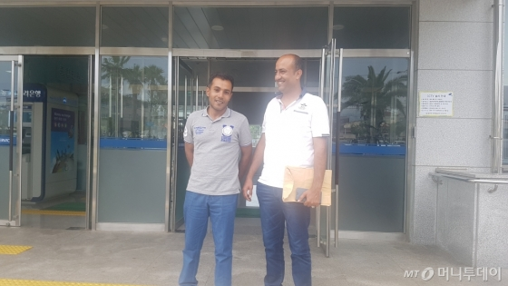 20일 제주출입국·외국인청을 찾은 예멘인 아마르씨(42·왼쪽)와 타하씨(33) /사진=김영상 기자