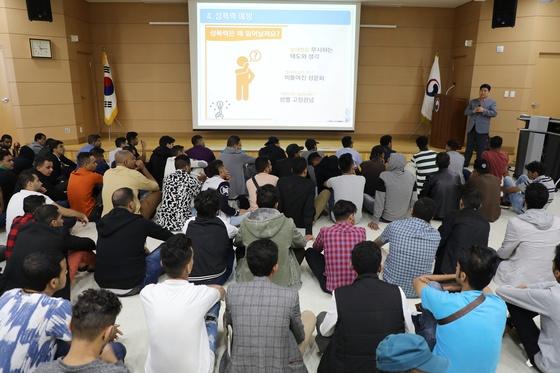 지난 18일 제주출입국·외국인청에서 난민 신청을 한 예멘인들을 대상으로 취업 설명회가 열리고 있다. /사진=뉴스1