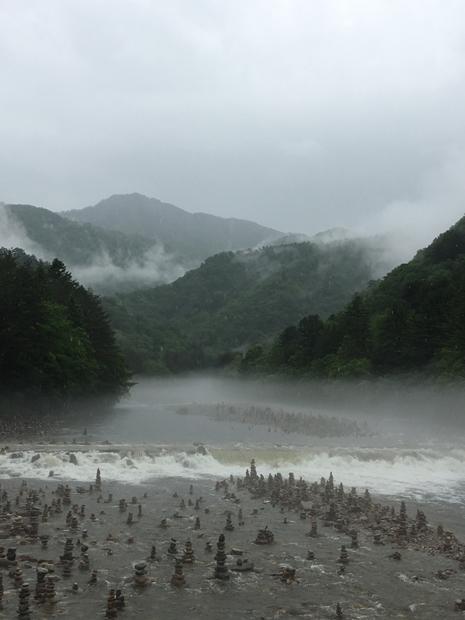 백담사로 들어가는 다리 위에서 바라본 비 오는 날의 풍경./사진제공=이호준 여행작가