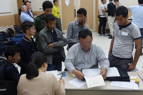 예멘 난민들이 18일 제주출입국·외국인청에서 열린 취업설명회에 참석해 상담을 받고 있다./사진=뉴시스
