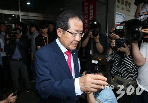 """JP 빈소 찾은 홍준표, 친박에 으름장…""""지지율 오르나 한번 보자"""""""