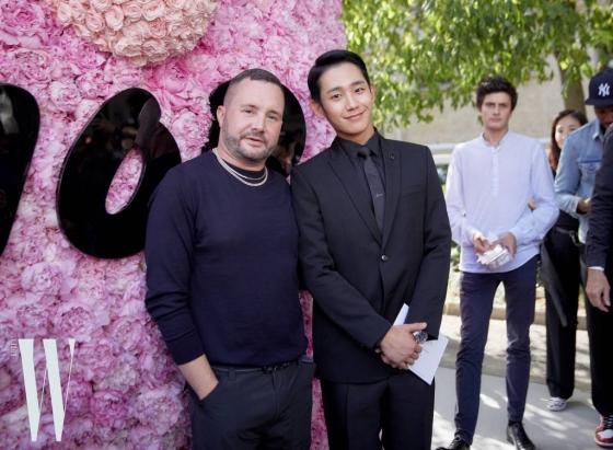 배우 정해인이 지난 23일(현지시간) 프랑스 파리에서 진행된 디올 옴므(Dior Homme) 19SS 컬렉션에 참석했다. 왼쪽은 디자이너 킴 존스. /사진제공=디올