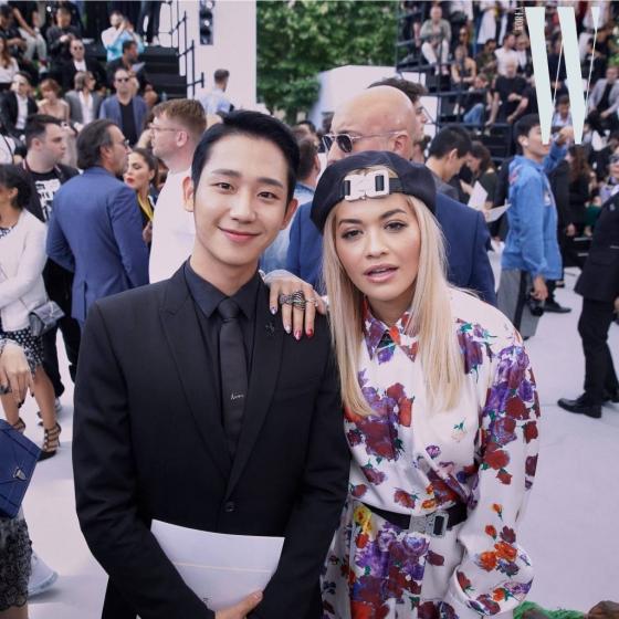 배우 정해인이 지난 23일(현지시간) 프랑스 파리에서 진행된 디올 옴므(Dior Homme) 19SS 컬렉션에 참석했다. 오른쪽 가수 리타 오라. /사진제공=디올
