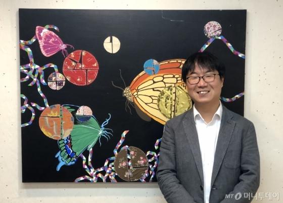 변의현 우시산 대표가 25일 울산 남구에 위치한 갤러리 카페 연에서 열린 '권유경 개인전'에 참석해 기념 사진을 찍고 있다. 갤러리 카페 연은 지역 작가에게 전시 공간을 제공하고 있다./사진제공=우시산
