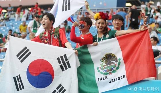23일 오후(현지시간) 러시아 로스토프나도누의 로스토프 아레나에서 열린 '2018 러시아 월드컵' 조별리그 F조 2차전 대한민국과 멕시코의 경기를 찾은 한국과 멕시코 축구팬들이 열띤 응원을 펼치고 있다. /사진=이기범 기자