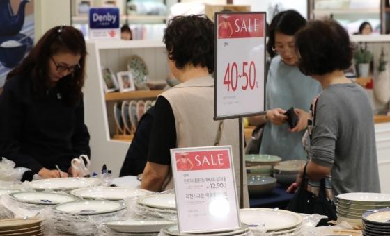 서울 시내 한 백화점에서 쇼핑객들이 세일기간 상품을 둘러보고 있다. /사진=뉴스1