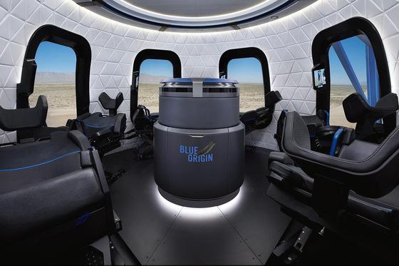 블루 오리진의 뉴 셰퍼드 우주캡슐. 최대 6명까지 탑승할 수 있다. 좌석 밑에 X자 형태의 엑슬이 있어 180도로 누울 수 있다. /사진제공=블루 오리진