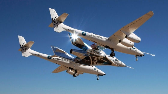 버진갤럭틱의 우주여행선 '스페이스십투'. 양쪽 비행기 모양의 모선에 탑재돼 하늘을 난 뒤 분리돼 카르만선까지 혼자 유영한다. /사진제공=버진갤럭틱.