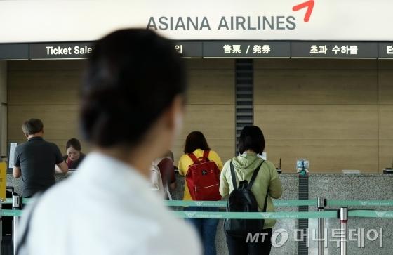 지난 1일부터 인천공항을 출발하는 아시아나항공 국제선 항공편에 기내식을 제때 싣지 못해 기내식 대란이 일어난 가운데 4일 오전 인천국제공항에 공항 이용객들이 지나고 있다.