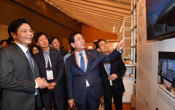 박원순 시장이 8일 마리나베이샌즈 컨벤션 센터에 마련된 서울시 홍보부스를 찾아 돌아보고 있다. 사진제공=서울시