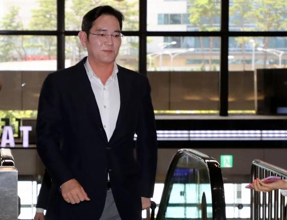 8일 김포공항에서 인도 출장길에 오른 이재용 삼성전자 부회장/사진=뉴스1