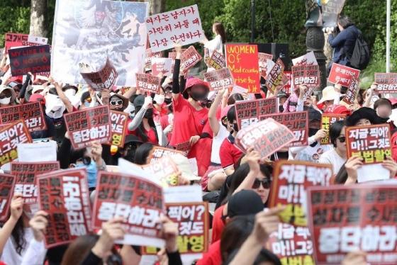 7일 오후 서울 대학로에서 불법촬영 편파수사 규탄시위가 열리고 있다./사진=뉴스1