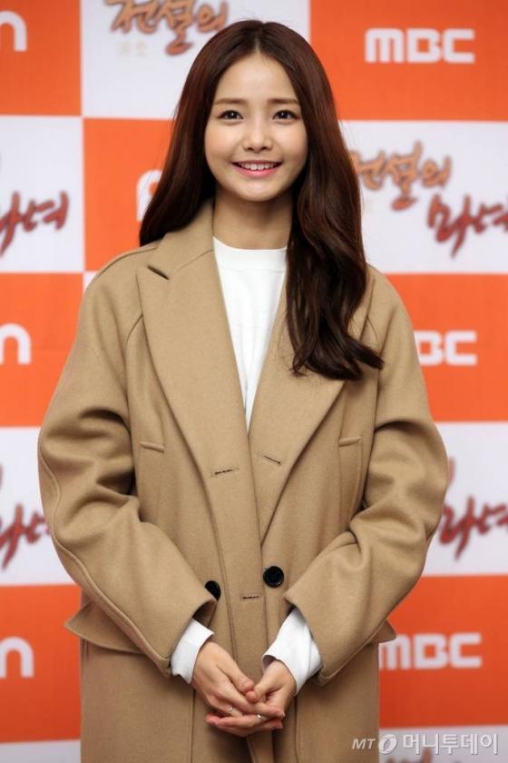 배우 한지혜가 9일 오후 서울 여의도 63빌딩에서 열린 MBC 주말드라마 '전설의 마녀' 종방연에 참석하고 있다.