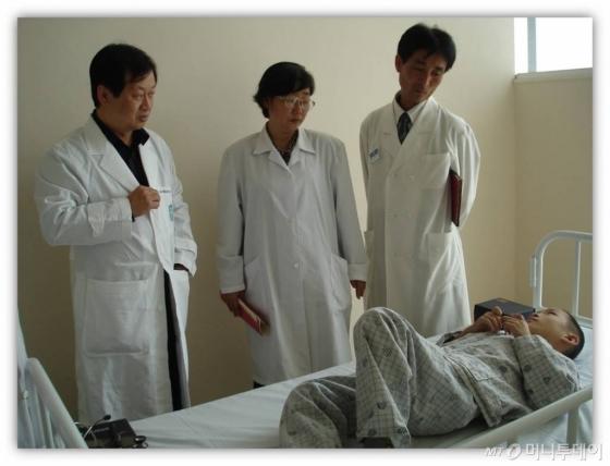 신희영 서울대 통일의학센터장(왼쪽)과 북한 의료진들이 북한 재생불량성 빈혈 환자를 진료를 하고 있다.