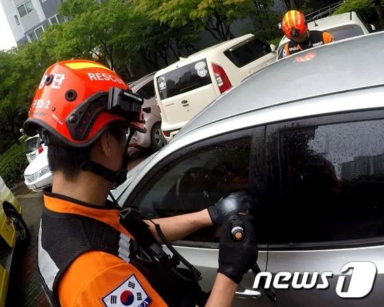 지난 9일 오후 4시45분쯤 인천시 남동구 논현동의 아파트 단지 내에 주차된 승용차 안에 A군(3)이 갇혀 신고를 받고 출동한 소방대원이 구조작업을 벌이고 있다. /사진제공= 뉴스1