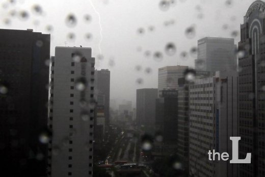 지난 3일 오후 서울 청계천에 번개를 동반한 강한 소나기가 내리고 있다.