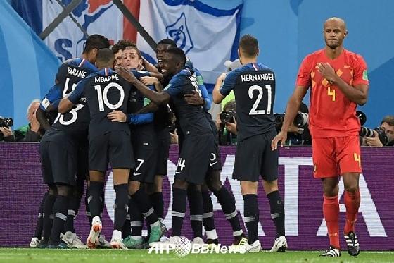 11일 오전 3시(한국시간) 러시아 상트페테르부르크 스타디움에서 열린 '2018 러시아 월드컵' 프랑스와 벨기에의 준결승전(4강). 움티티의 선제 결승골이 터지자 기뻐하는 프랑스 선수단(왼쪽)이 기뻐하고 있다. /AFPBBNews=뉴스1