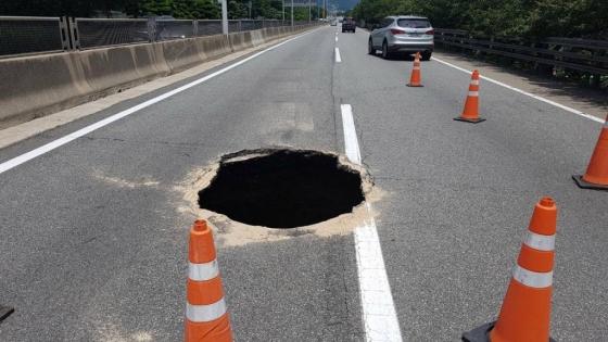 11일 낮 12시30분 부산 도시고속도로(번영로) 상행선 원동IC에서 서울 방면 200m 지점에 깊이 5m, 가로 2m, 세로 1m 크기의 싱크홀이 발생했다.  /사진=뉴시스(부산경찰청 제공)
