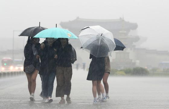 서울 세종대로 광화문네거리 인근에서 우산을 쓴 시민들이 발걸음을 재촉하고 있다. / 사진제공=뉴스1