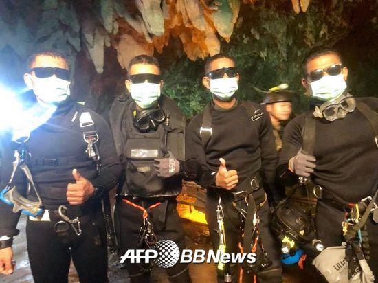 10일(현지시간) 탐루엉 동굴에서 마지막 5명의 생환자에 이어 태국 네이비실 4명의 대원이 안전하게 귀환했다./AFPBBNews=뉴스1