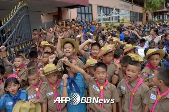 11일(현지시간) 생환자 13명이 입원한 병원 앞의 학교 학생들이 환호하고 있다./AFPBBNews=뉴스1