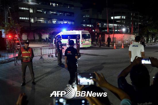10일 저녁(현지시간) 태국 동굴 생존자를 태운 앰뷸런스가 치앙라이 시내 병원에 도착했다./AFPBBNews=뉴스1