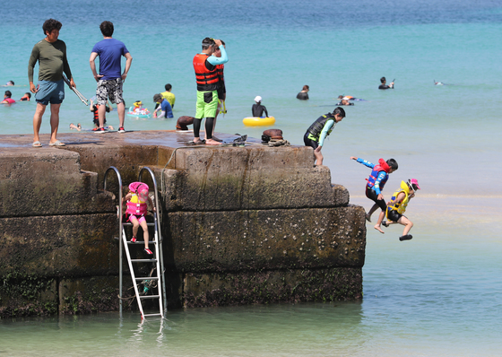 11일 오전 제주시 한경면 판포포구에서 피서객들이 물놀이를 하며 더위를 식히고 있다./사진=뉴스1