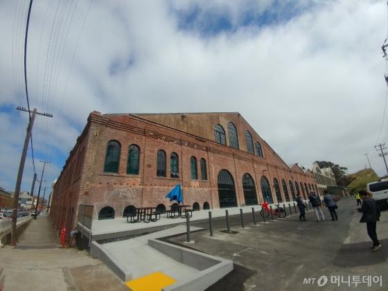 샌프란시스코 70번 부둣가에 위치한 우버 ATGS&R 본부. 100년 넘은 선박 건조장을 임대해 사용 중이다. /사진=성연광 기자.