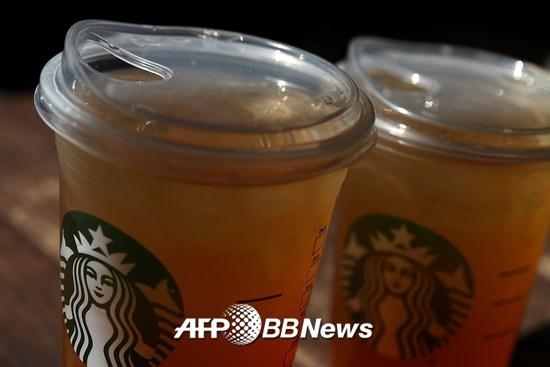 플라스틱 빨대 사용을 줄이기 위해 스타벅스가 새롭게 개발한 컵. /AFPBBNews=뉴스1