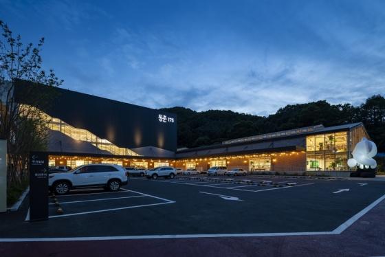 지난 7일 경기 용인시 물류센터 건물을 업사이클링해 오픈한 세정그룹의 복합쇼핑공간 '동춘175'/사진제공=세정그룹